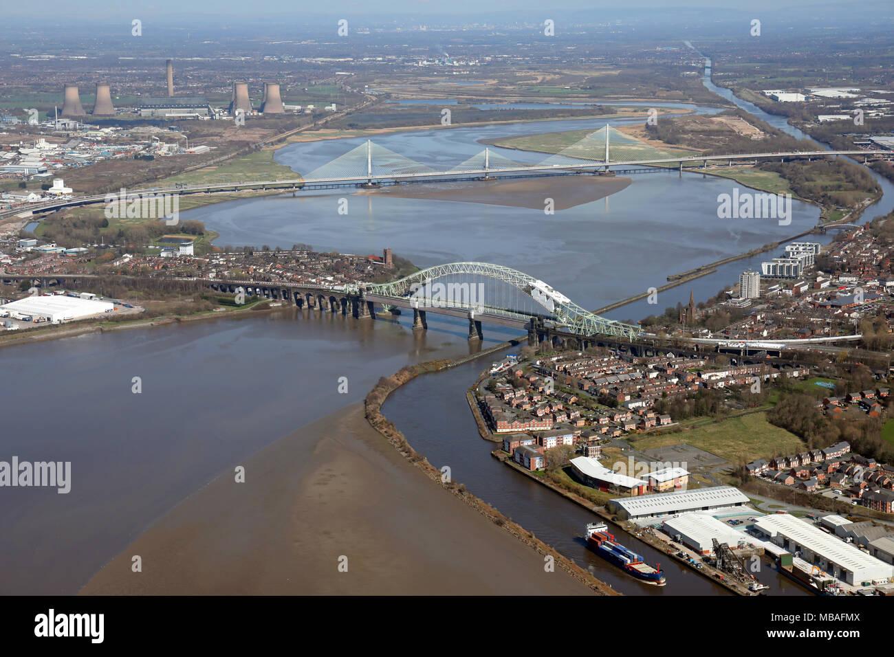Luftaufnahme der beiden mersey Kreuzungen Brücken in Runcorn, Cheshire Stockbild