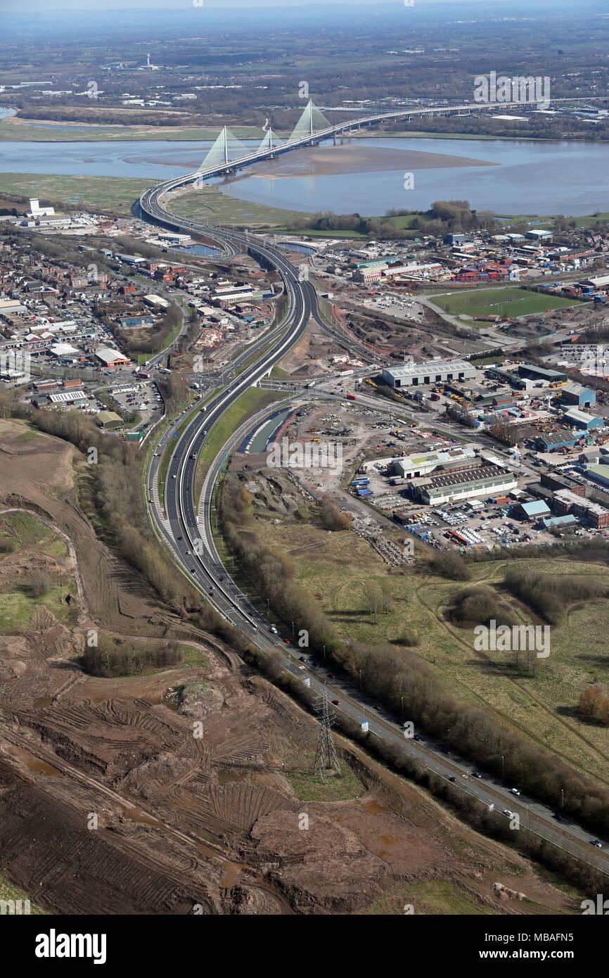 Luftbild von der Widnes Seite des Flusses Mersey entlang der A 562 in Richtung der neuen Brücke in Runcorn, Cheshire, Großbritannien Stockbild