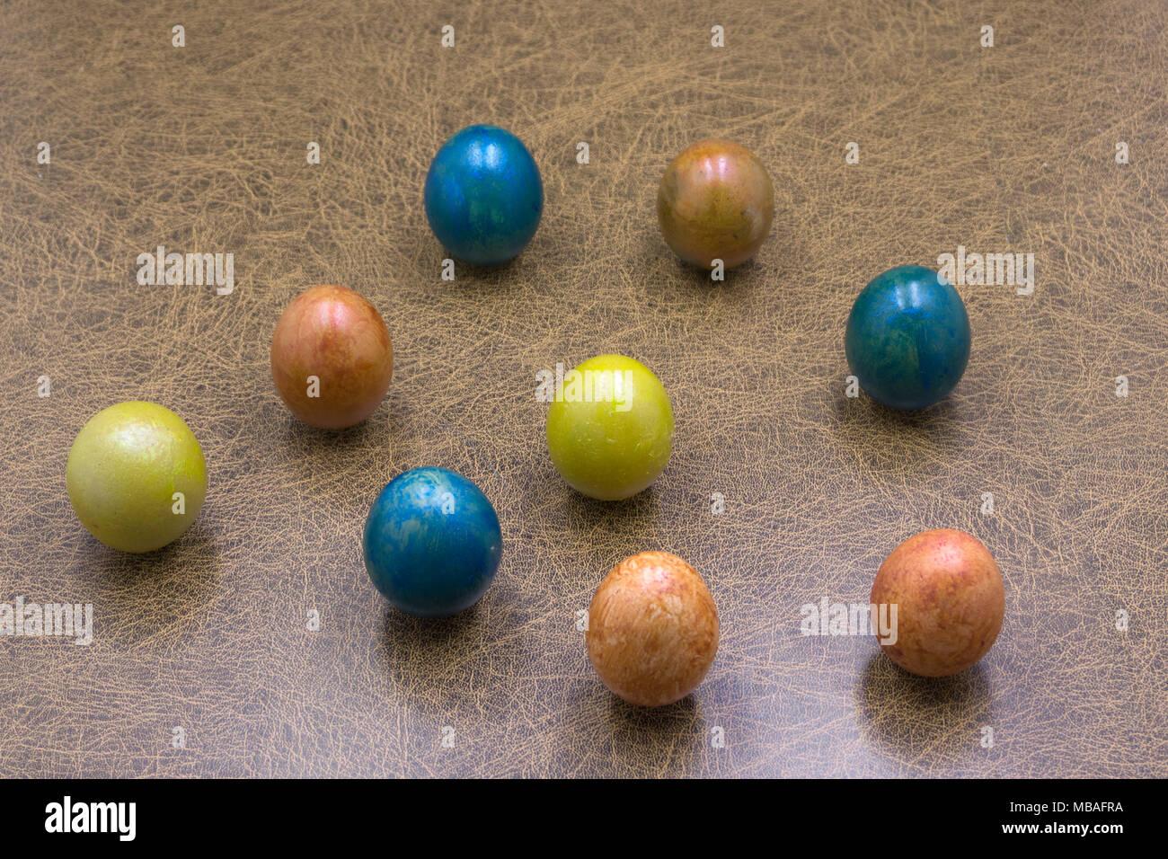Ostern Farbige Farbigen Eier Auf Einem Weissen Teller In Einem Kreis