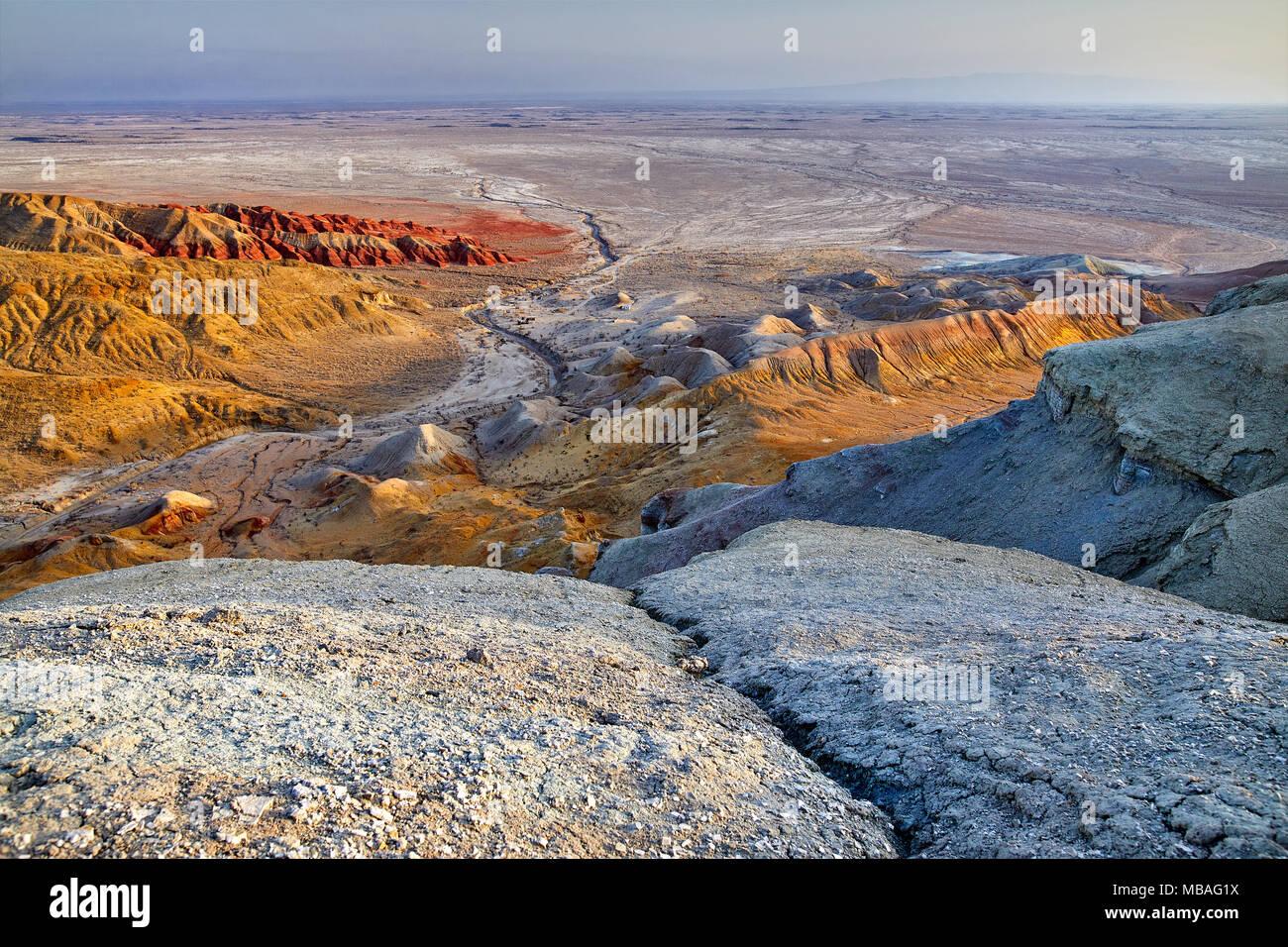 Luftaufnahme von bizarr übereinander geschichteten Berge im Desert Park Altyn Emel in Kasachstan Stockbild