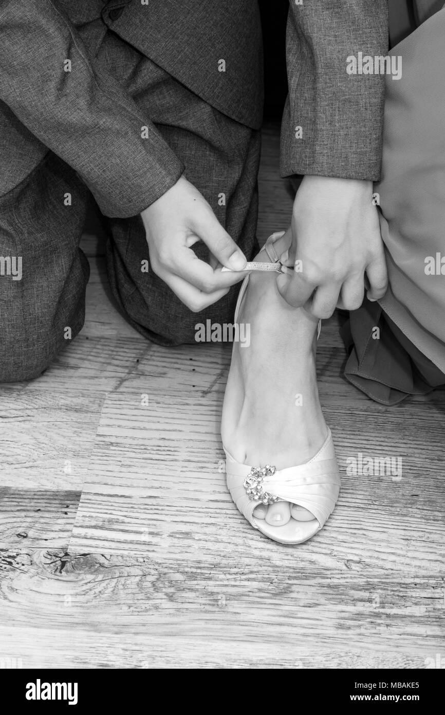 san francisco b1bbc e56a2 Kleinen Jungen helfen Zaum Schuhe für Hochzeit Stockfoto ...