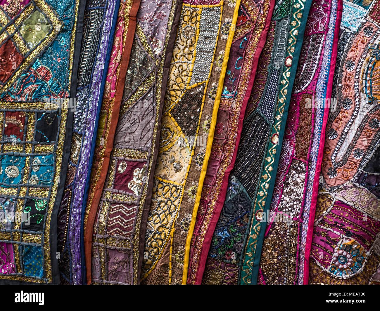 Lebendige handgearbeitete tapisserien h ngen von einer - Bilder an die wand hangen ...