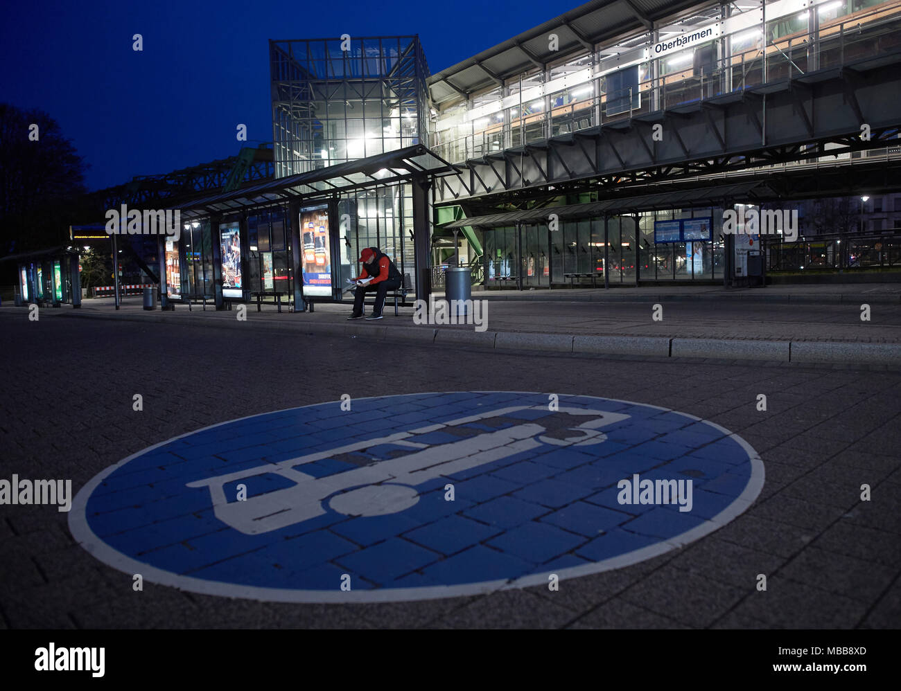 Dpatop 10 April 2018 Deutschland Wuppertal Ein Mann Wartet An