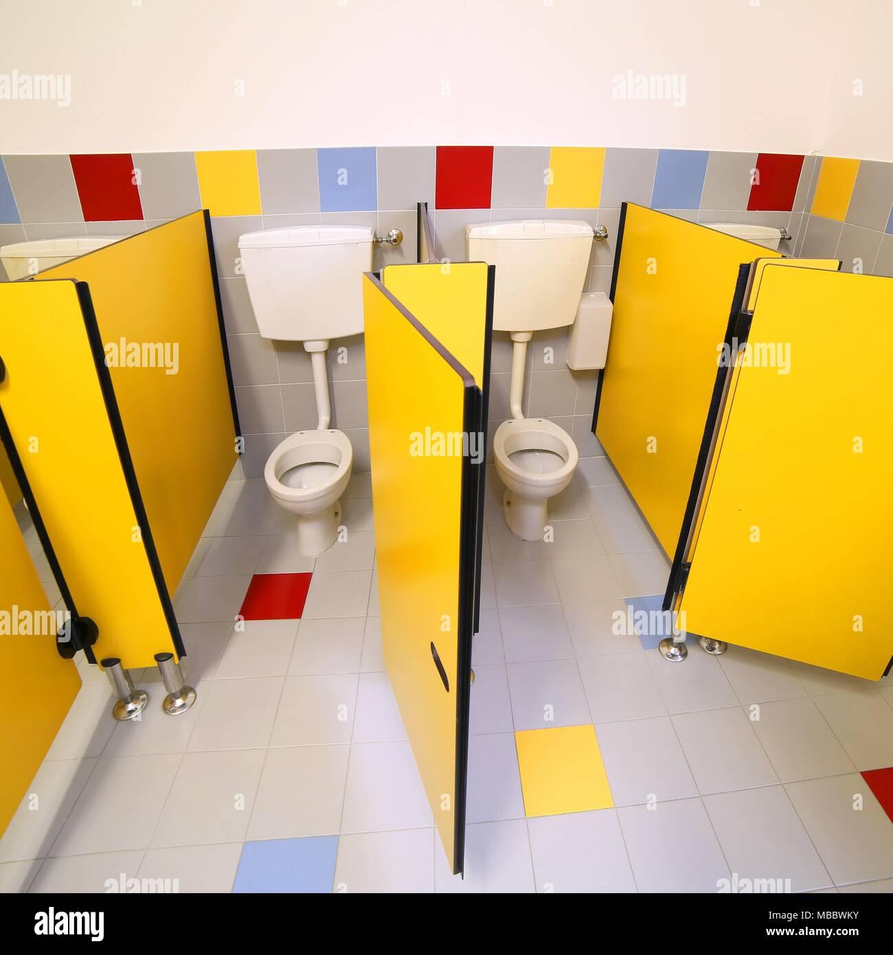 Wenig Toiletten Im Badezimmer Von Einem Kindergarten Ohne Menschen