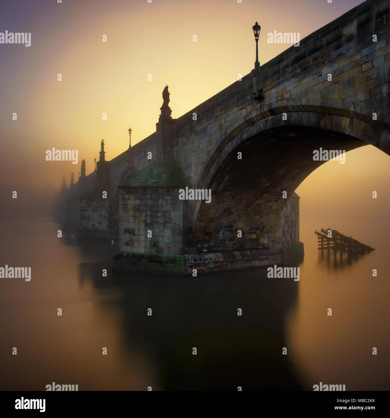 Charles Brücke bei Sonnenaufgang mit Nebel, Prag, Tschechische Republik Stockbild