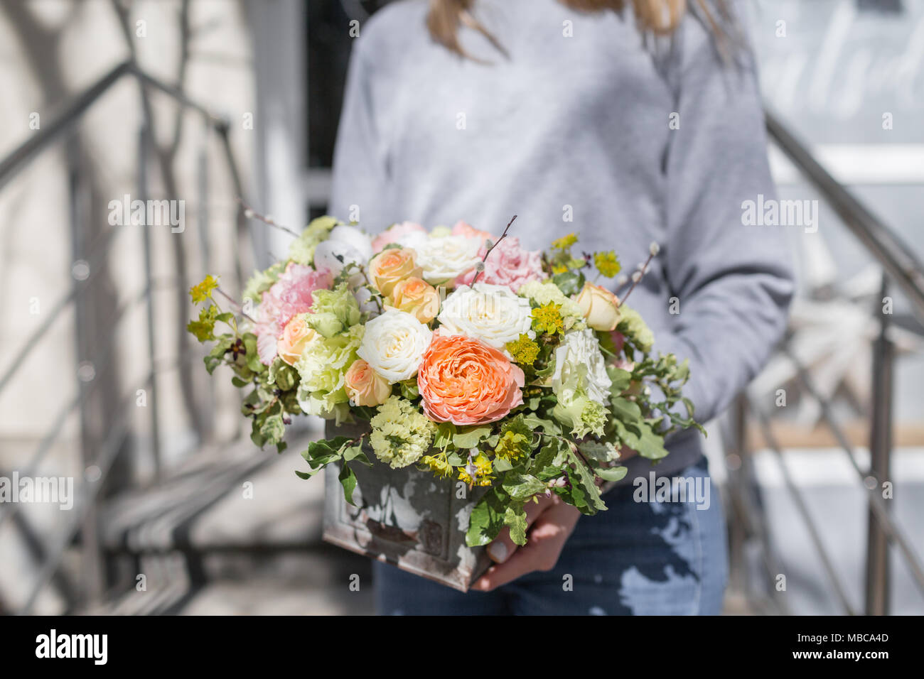 Die Zustellung der Blumen in Frauenhand. Floristik Konzept. Frühling ...