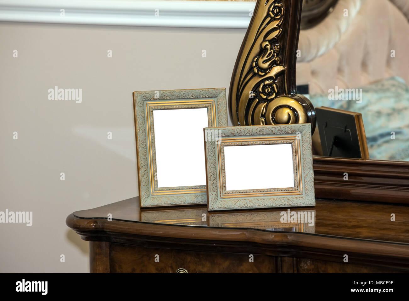 Kommode Mit Zwei Leeren Bilderrahmen Stockfoto Bild 179139562 Alamy