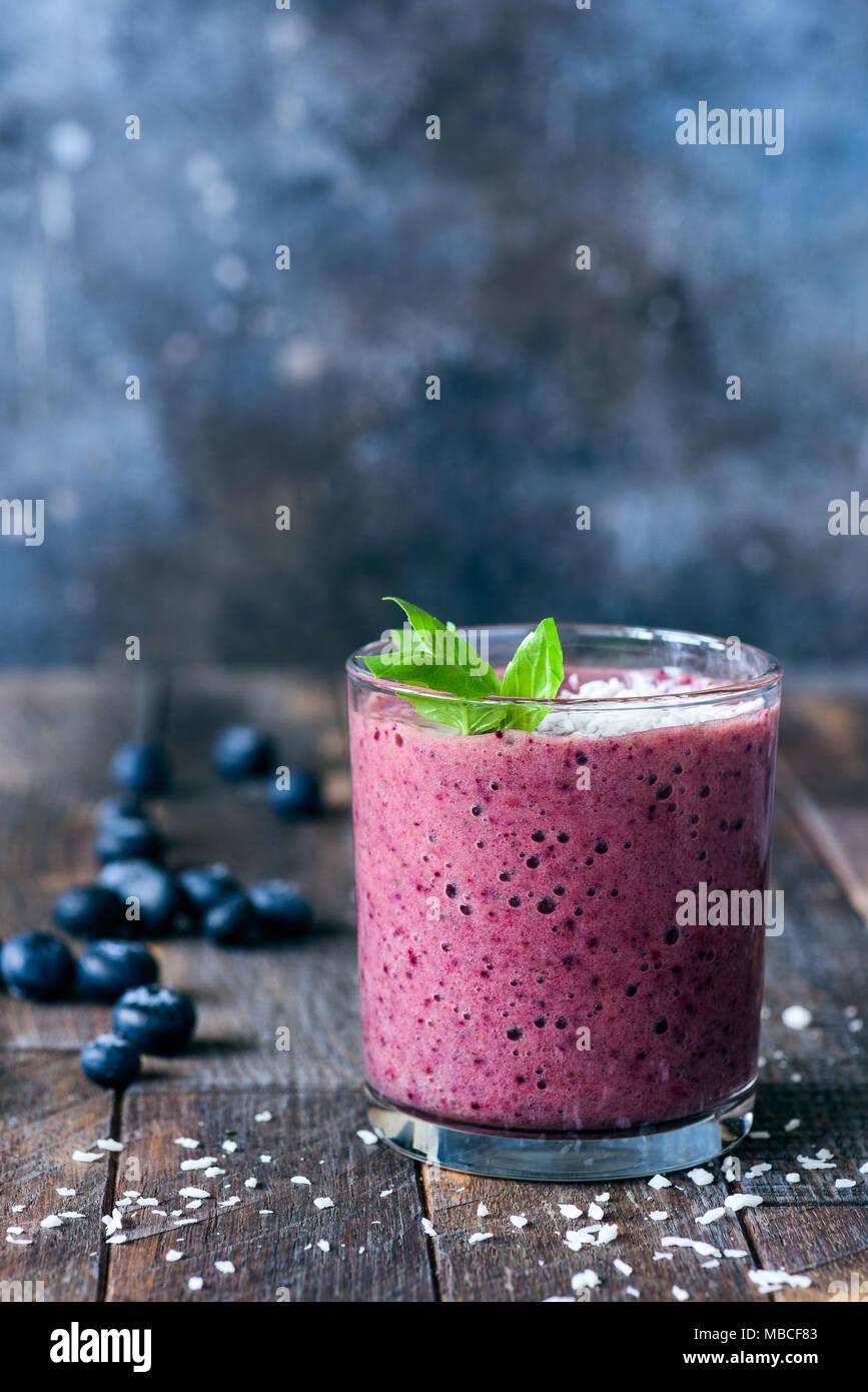 Blueberry Smoothie auf rustikalen, mit Holz, selektive konzentrieren. Gesunder Lebensstil, Diät, Gewichtsverlust Konzept. Kopieren Sie Platz für Text Stockbild