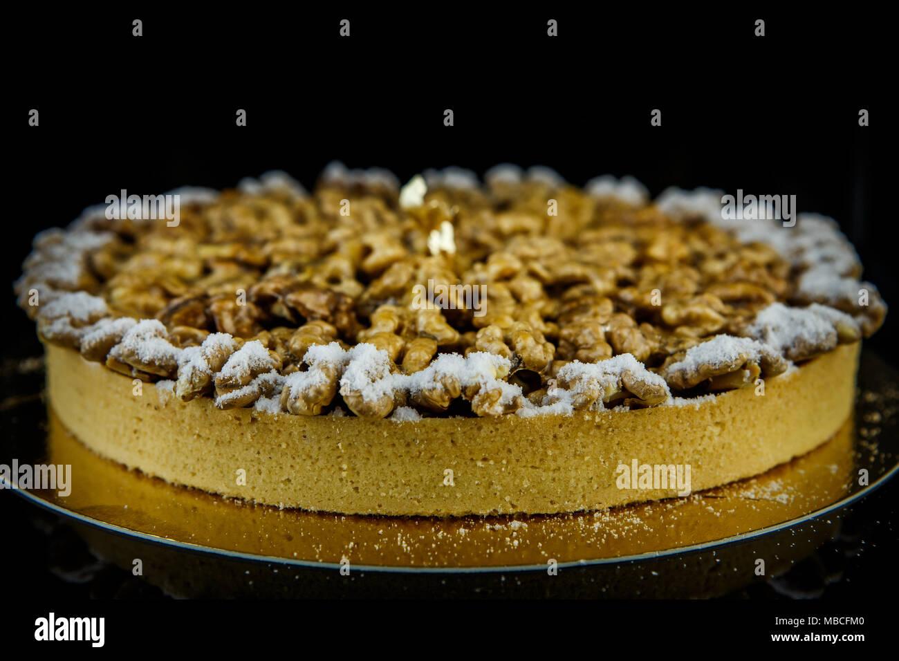 Lecker Keks Kuchen Mit Mandeln Auf Black Mirror Hintergrund