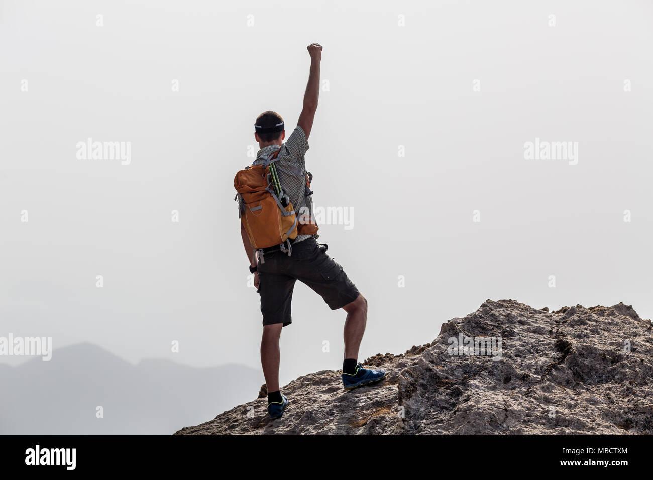 Erfolg und Leistung Business Konzept mit Menschen feiern mit Hand, Arm, ausgestreckt auf inspirierende Landschaft, Griechenland suchen. Stockbild