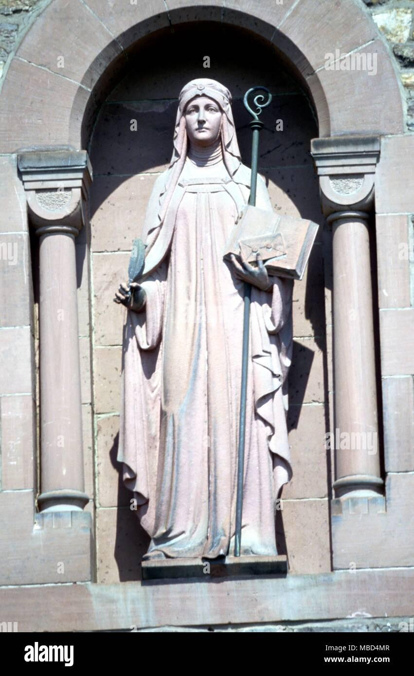 Heilige Hildegard von Bingen (September 16, 1098 - September 17, 1179) Der große Mystiker, Okkultist, und Spezialist Herbalist. Statue auf der Vorderseite ihrer Abtei (jetzt neu) bei Rüdesheim, Bingen, am Rhein. © 2006 Charles Walker/ Stockfoto