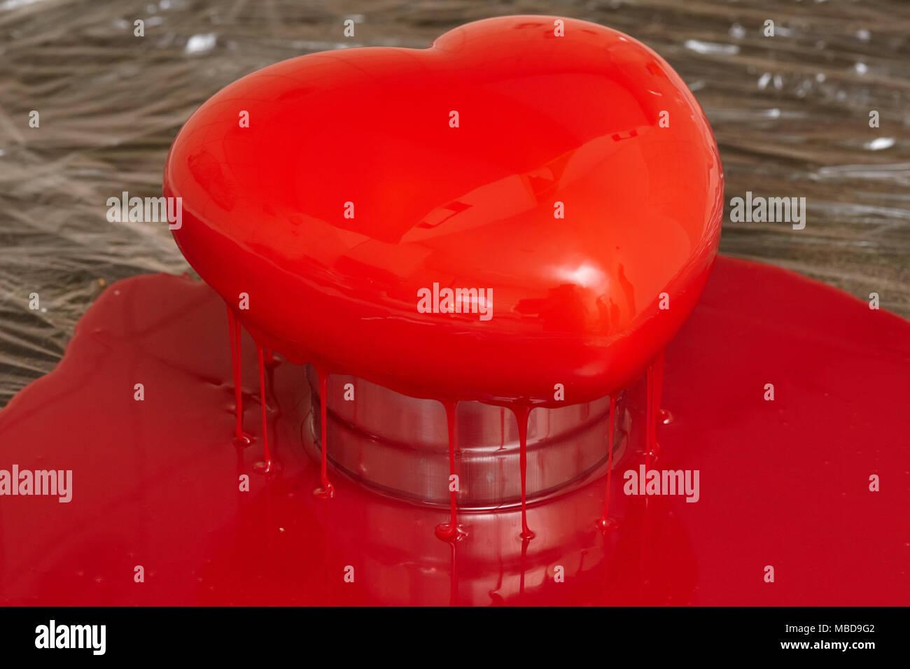 Prozess Der Giessen Rote Glasur Auf Herz Form Bilden Mousse Kuchen