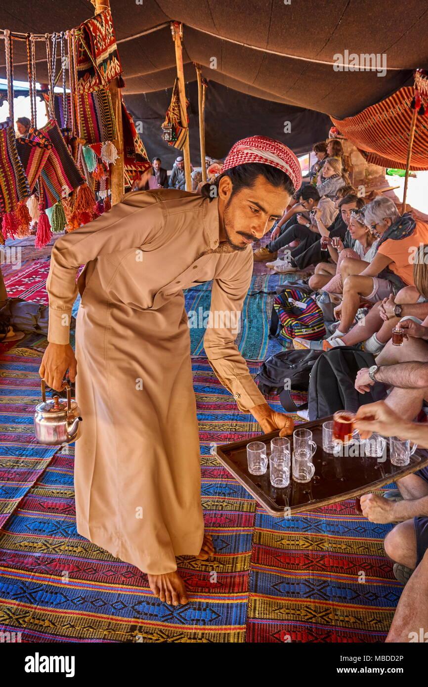 Junge beduinischen Tee zu den Touristen dienen, Wadi Rum Wüste, Jordanien Stockfoto