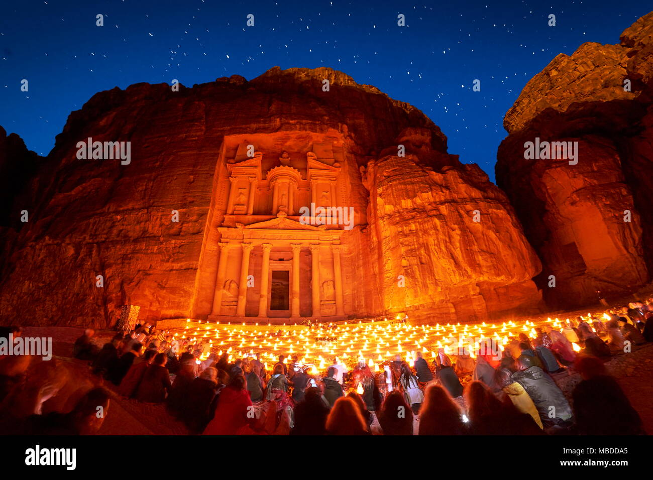Petra bei Nacht, die Schatzkammer Al Khazneh, Petra, Jordanien Stockbild