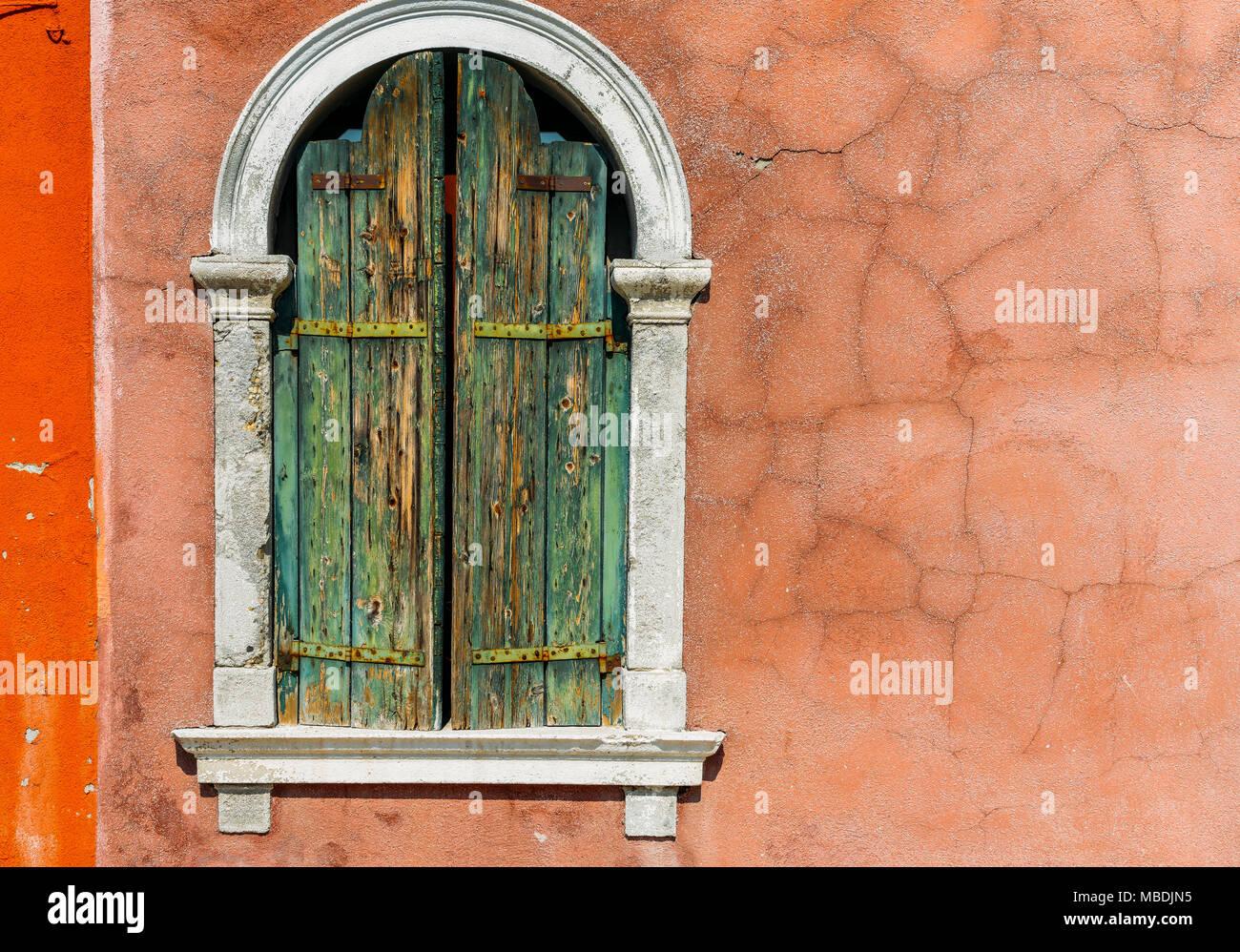 Suchen, um sich an einem alten Stuck Fensterrahmen in Licht getaucht ...