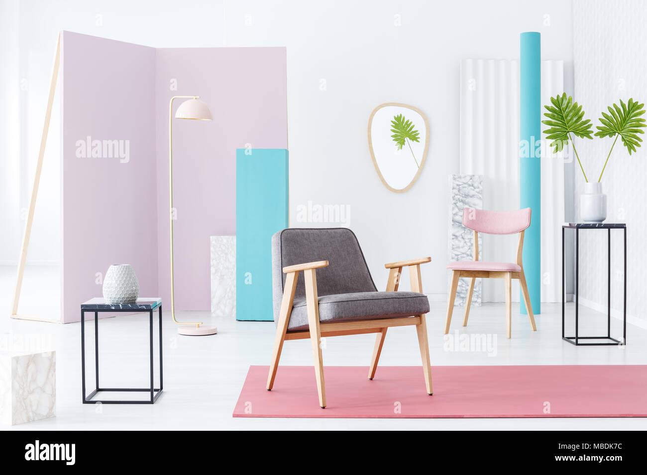 Grau Sessel In Einer Pastellfarbenen Zimmer Innenraum Mit Rotem