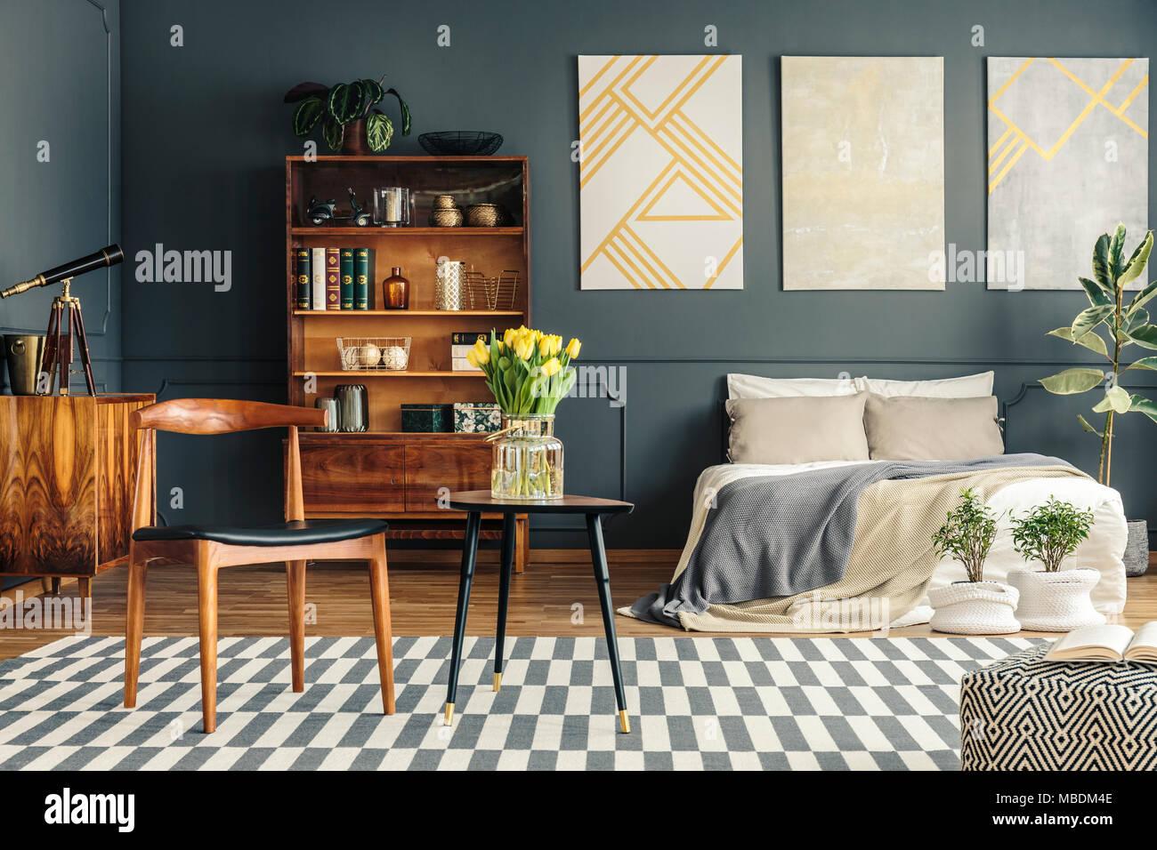 Bett, Pflanzen, Weißen Und Grauen Teppich, Hocker, Stühle, Vintage  Bücherregal, Teleskop  Und Graue Wand In Retro Schlafzimmer Innenraum