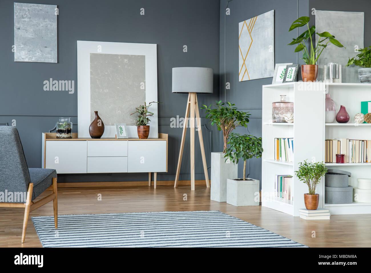 Pflanzen neben der Lampe in grau Wohnzimmer Interieur mit Gemälde ...