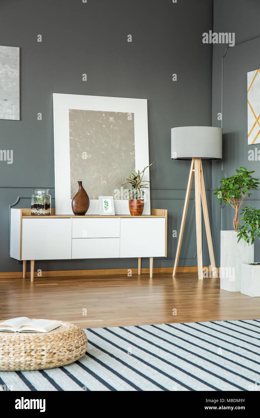 Pouf Auf Gestreiften Teppich Im Wohnzimmer Innenraum Mit Lampe Weiter Mit  Silber Malerei Zu Schrank