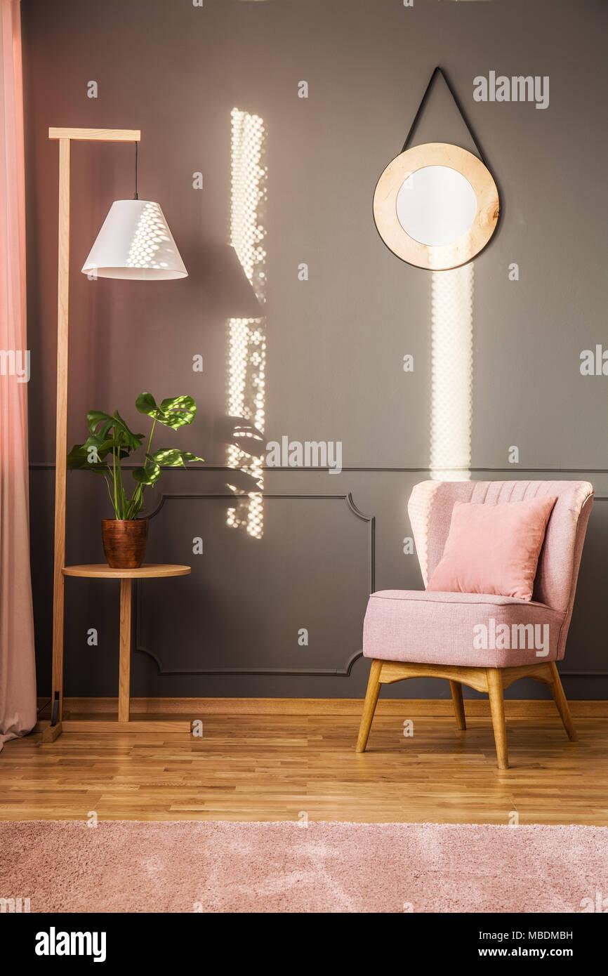 Rosa Sessel Nachste Unter Holz Lampe In Grau Wohnzimmer Einrichtung Mit Spiegel An Der Wand Mit Zierleiste Zu Anlage Stockfotografie Alamy