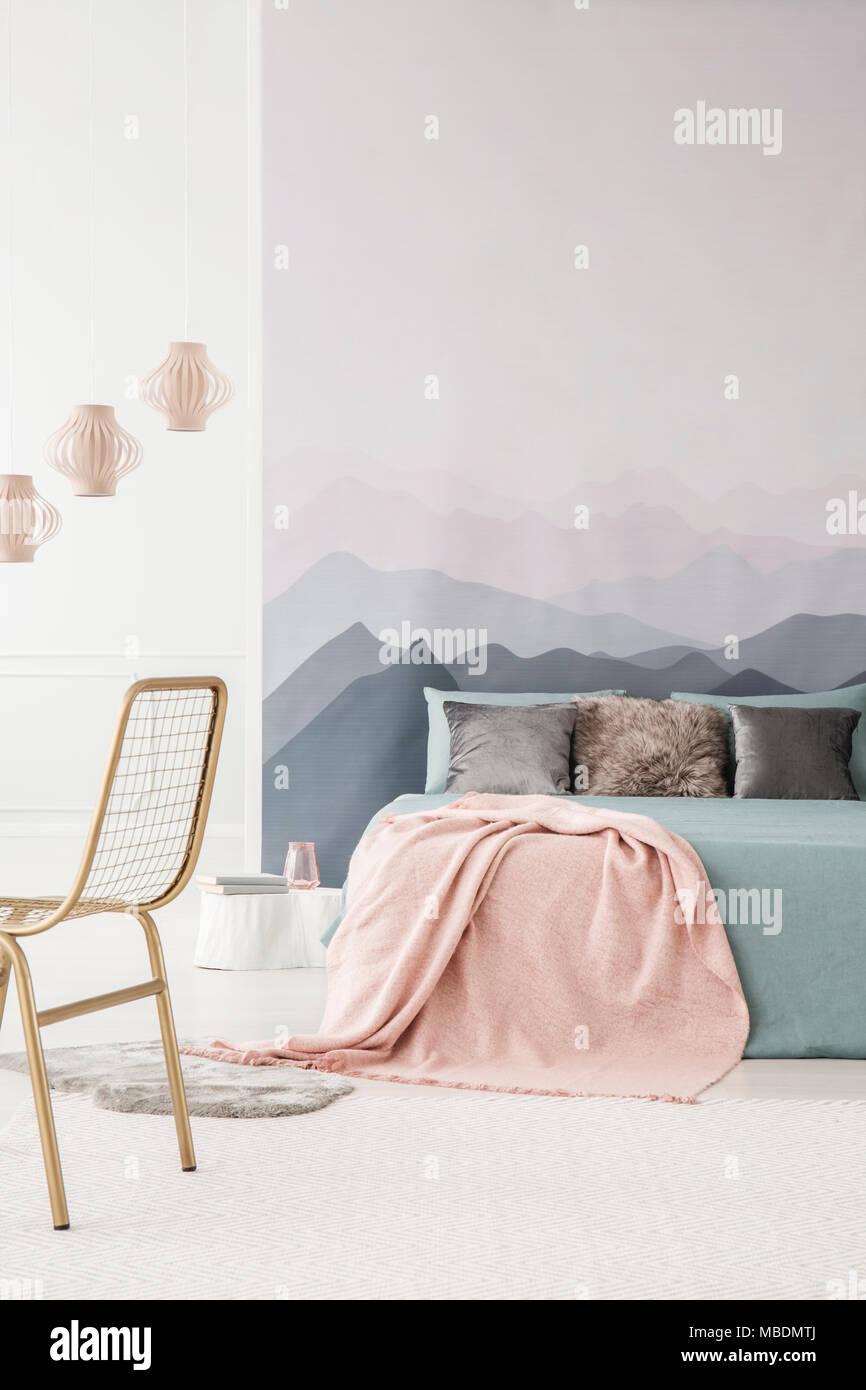 Rosa Decke Auf Grau Bett Im Gemutlichen Schlafzimmer