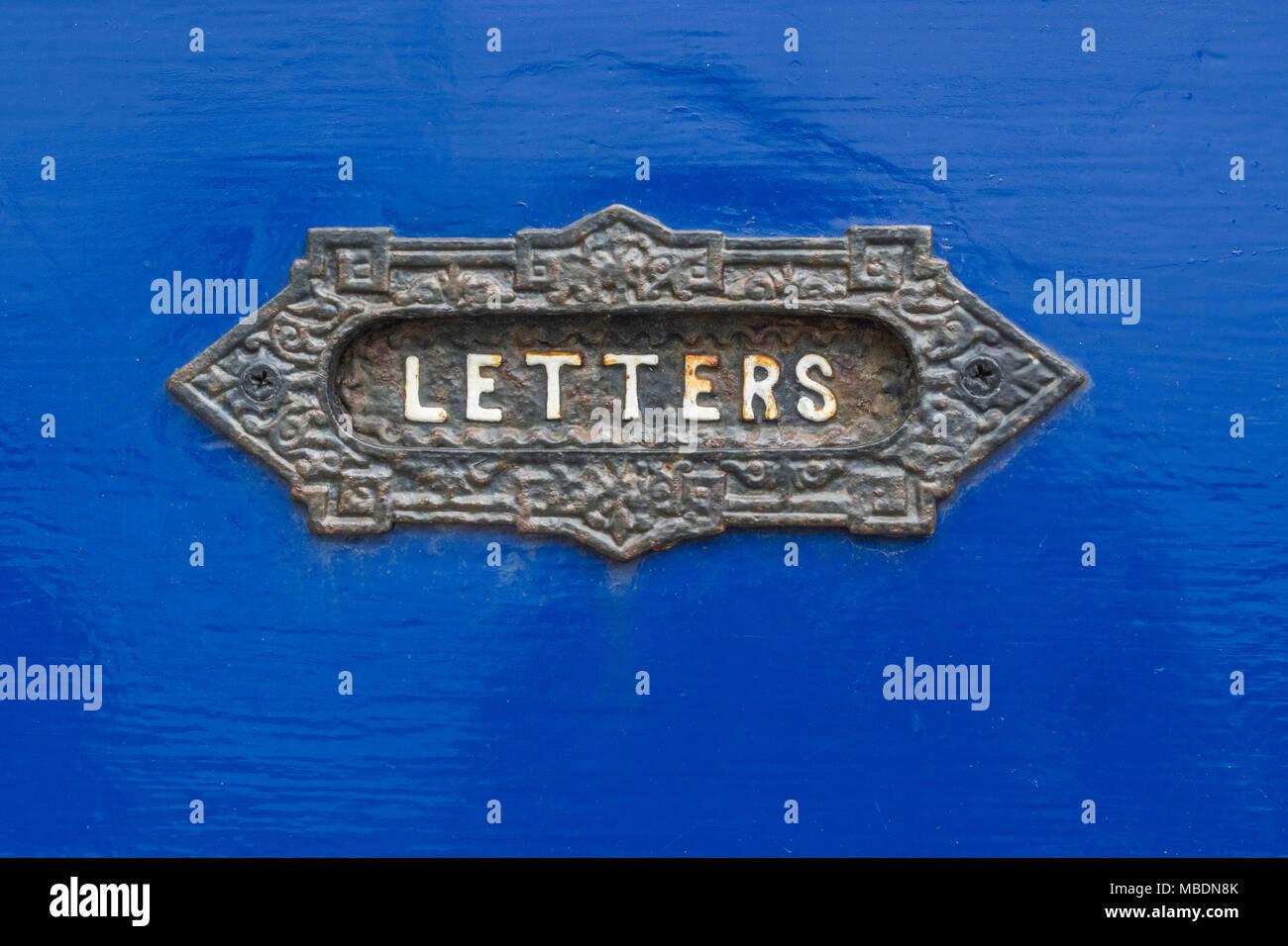 In der Nähe der traditionellen alten Briefkasten Platte. Mögliche Metapher für Mail, Junk-E-Mail, Direct Mail Marketing, e-mail etc. Stockbild