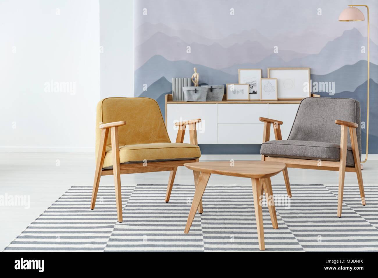 Gelb Und Grau Sessel Neben Einem Holztisch Auf Gestreiften Teppich Im  Gemütlichen Wohnzimmer Innenraum