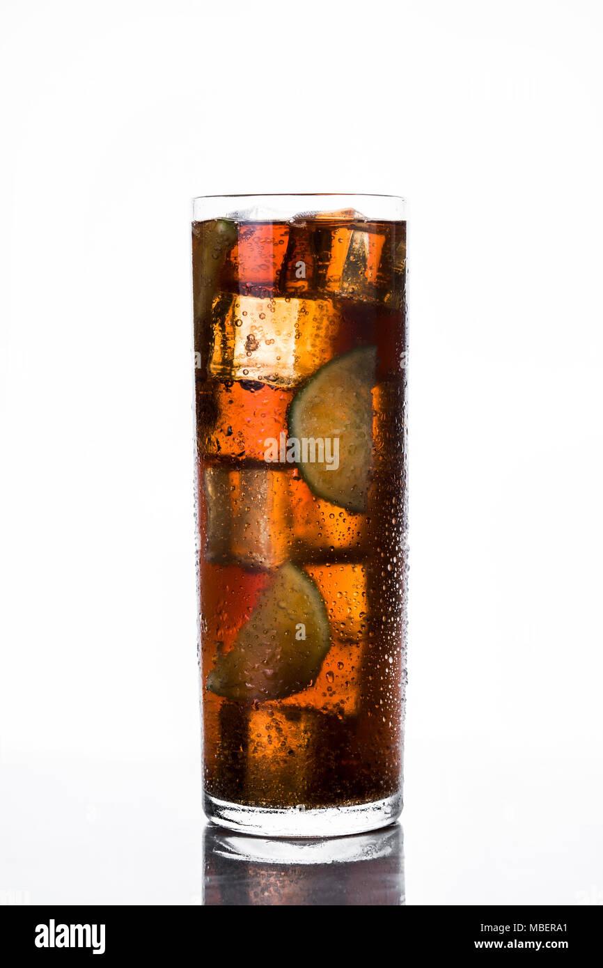 Cuba Libre. Cocktail mit Rum, Limetten und Eis auf weißem Hintergrund. Stockbild