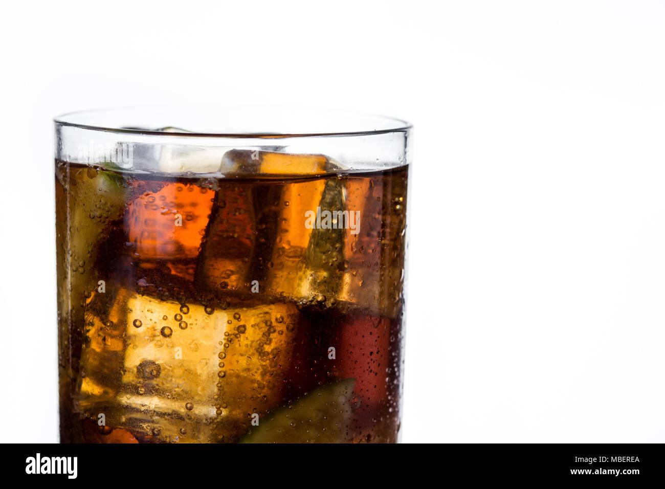 Cuba Libre. Cocktail mit Rum, Limetten und Eis auf weißem Hintergrund. Copyspace Stockbild