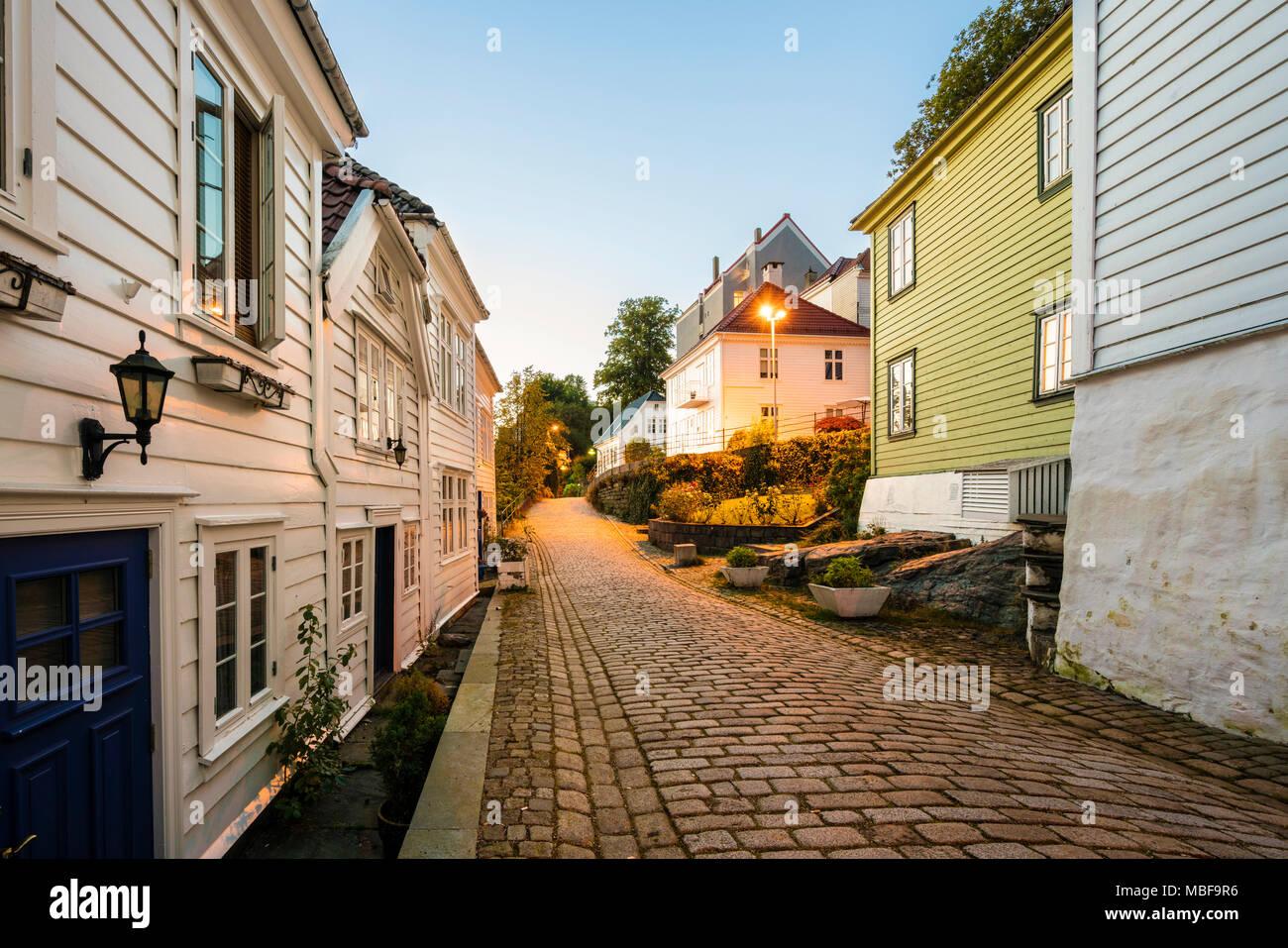 Bergen, Norwegen, Altstadt Straße mit Kopfsteinpflaster und Holzhäuser in der Nacht Stockbild