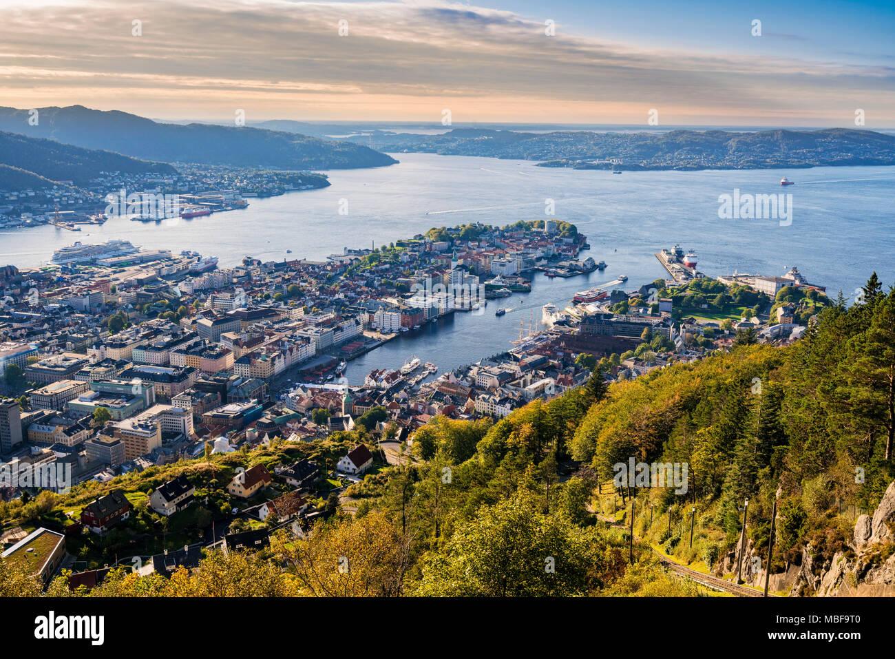 Blick auf Bergen Norwegen Stadtbild von Berg Floyen bei Sonnenuntergang Stockbild
