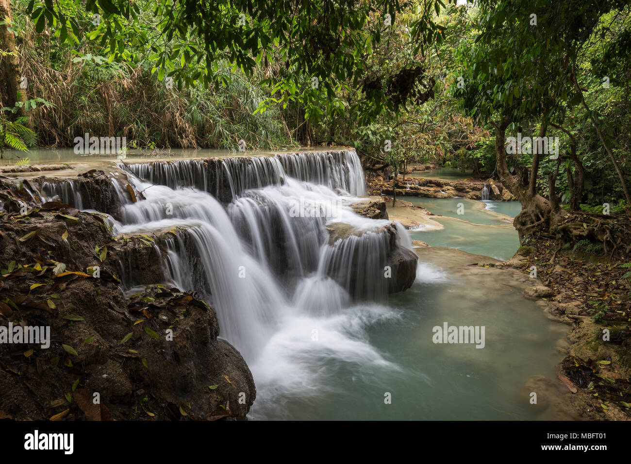 Schöne Aussicht auf einen kleinen Wasserfall am Tat Kuang Si Wasserfälle in der Nähe von Luang Prabang in Laos. Stockbild