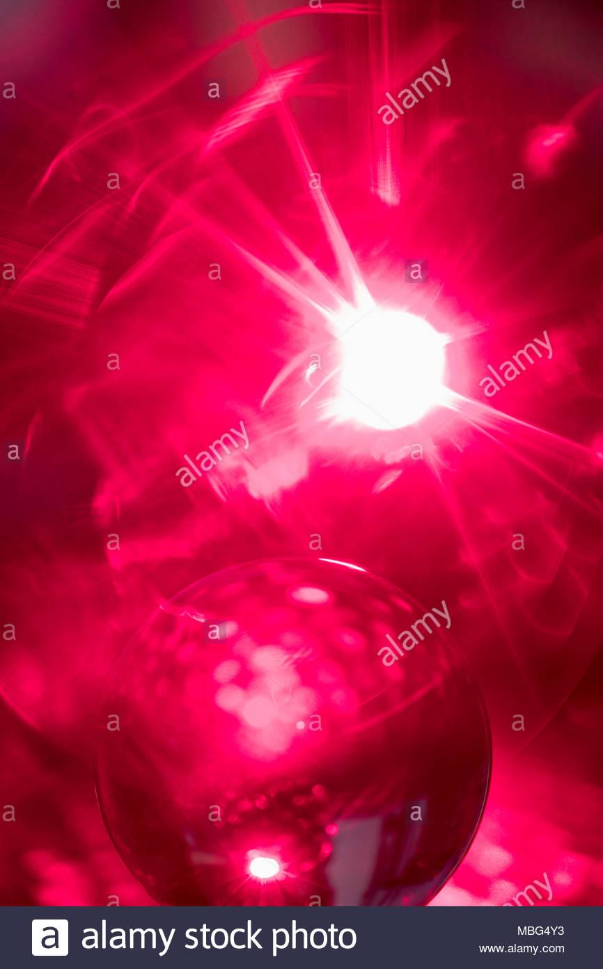 Kreativ, inspirierend abstrakte solar Kugel auf hellen roten Hintergrund Stockbild