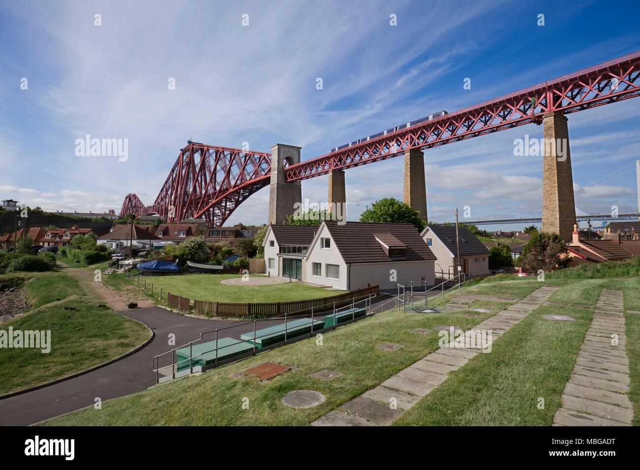 North Queensferry, die Forth Eisenbahnbrücke (Fife) ein scotrail Klasse 170 Zug passiert Stockbild