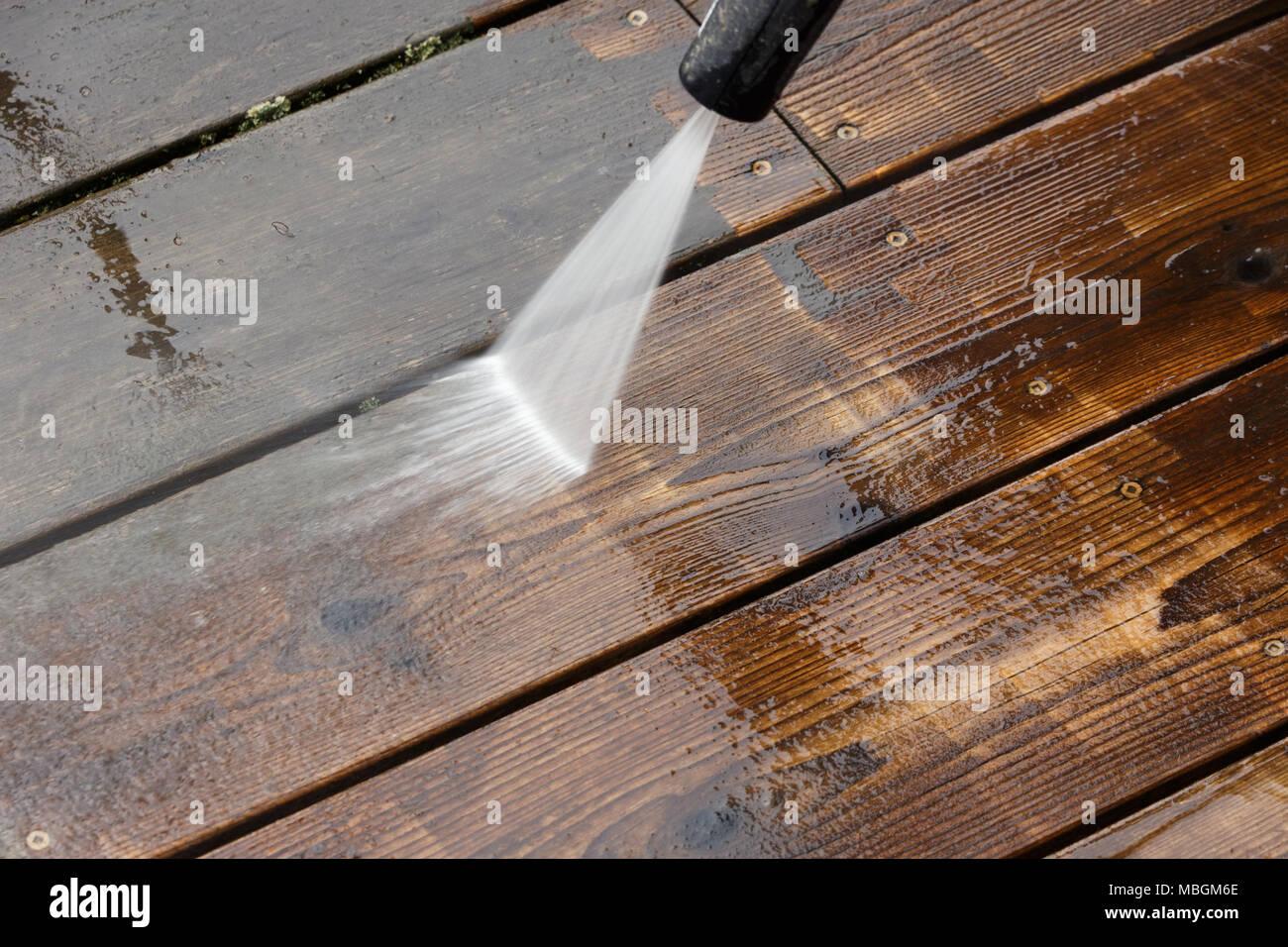 Holz terrasse Reinigung mit Hochdruck-wasserstrahl Stockfoto ...