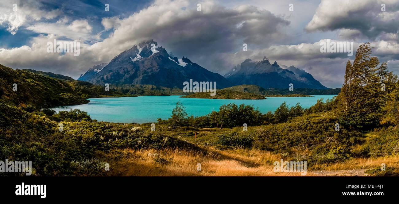 Cuernos Del Paine und Paine Grande Panoramablick Stockbild