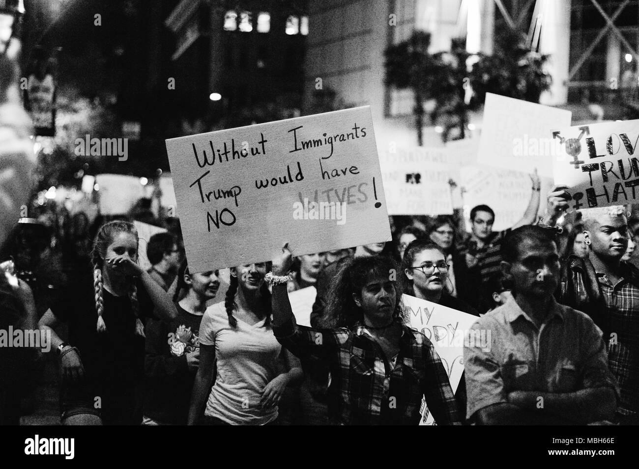 Anti-Trump friedlichen Protest in der Innenstadt von Orlando (2016). Stockbild