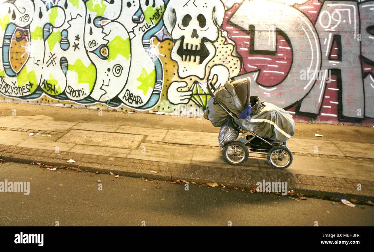 Kinderwagen in einem bunten creepy Graffiti der u-bahn, Kopenhagen, Dänemark Stockbild