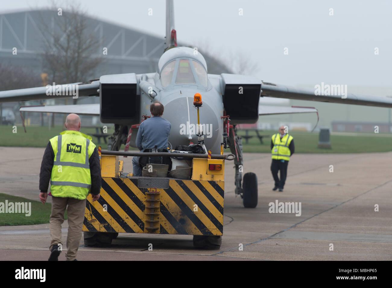 IWM Duxford, Cambridgeshire, Großbritannien. 11. April 2018. Imperial War Museum, Arbeiten mit RAF Marham, hinzufügen Tornado GR4 ZA 469 an die Displays am IWM Duxford. Tornado GR4 ZA 469 ist von der Erhaltung der Halle im Luftraum um die Schlacht von Großbritannien Ausstellung, wo Sie auf der Anzeige zu Besucher geht vom 11. April 2018 transportiert. Der Tornado GR4 ist die bedeutendste Jet von der RAF während der letzten 27 Jahre genutzt und weiter bis 2019. Credit: Malcolm Park/Alamy Leben Nachrichten. Stockbild