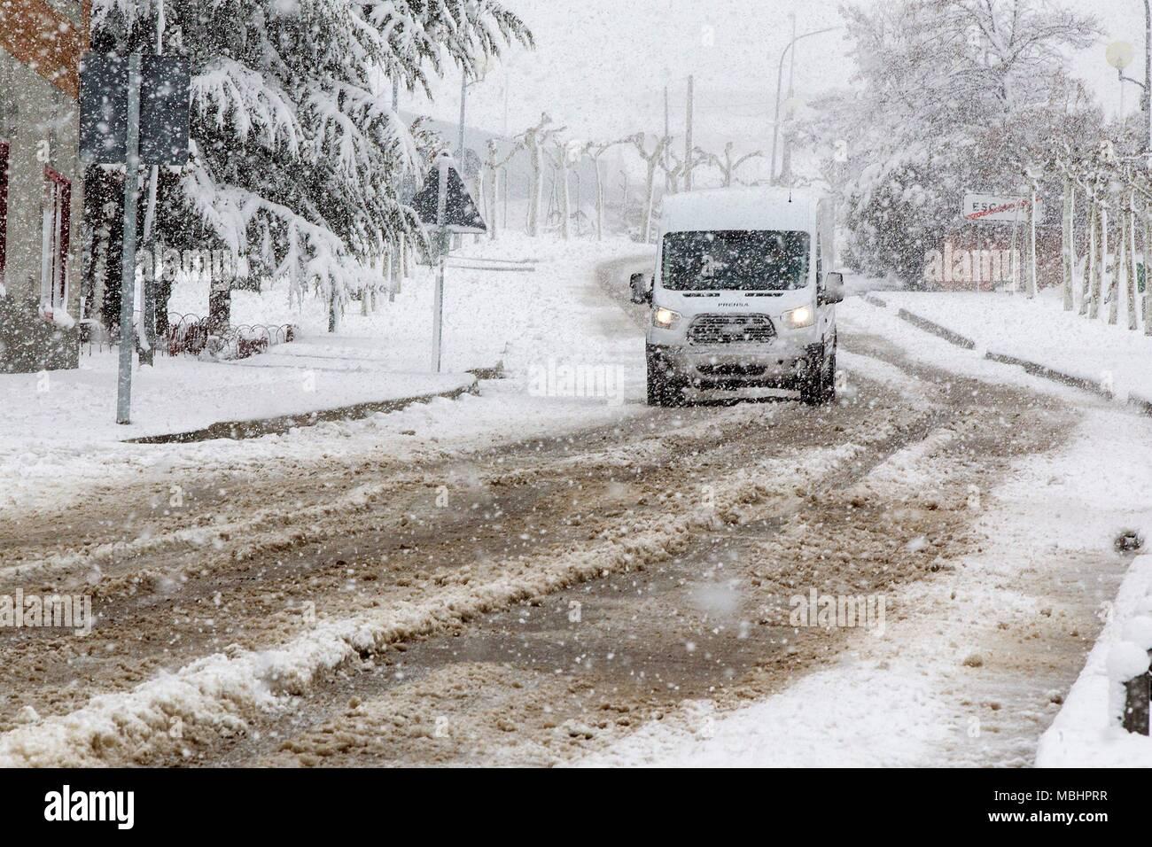 Ein van zirkuliert bei N-240 Straße durch Schnee in Teruel, Spanien, 11. April 2018 behandelt. Starke Regenfälle erwartet, dass sie die Region nach ein paar Tagen klarer Himmel zu schlagen. EFE/Antonio Garcia Stockbild