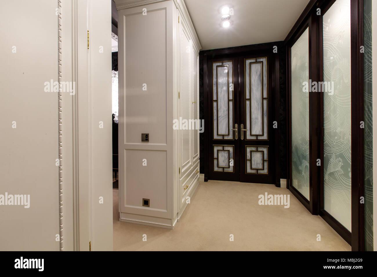 Ankleidezimmer luxus  Luxus Ankleidezimmer in der Wohnung mit Teppichboden, große weiße ...