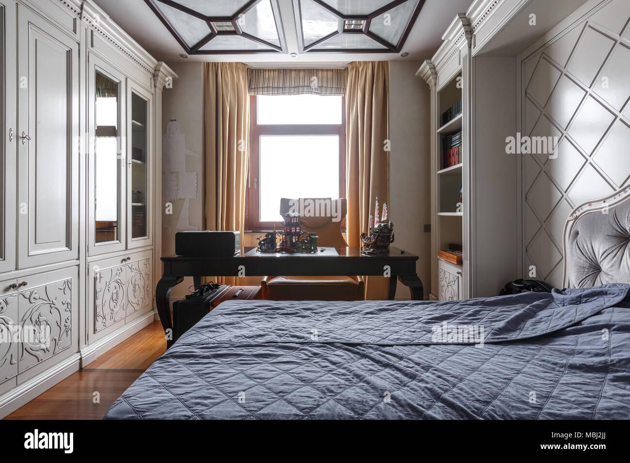 Luxuriöse Schlafzimmer Einrichtung in dunklen Farben Stockfoto, Bild ...