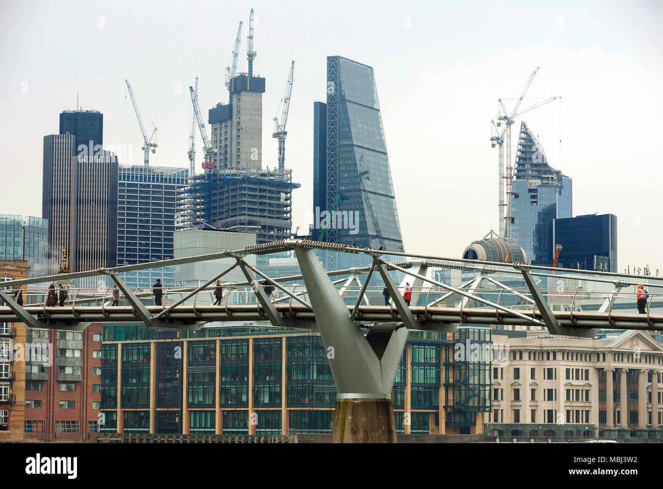 London, UK, 11. April 2018 Millennium Bridge über die Themse von der Tate Modern auf die St Paul's Kathedrale und die Stadt. Stockbild
