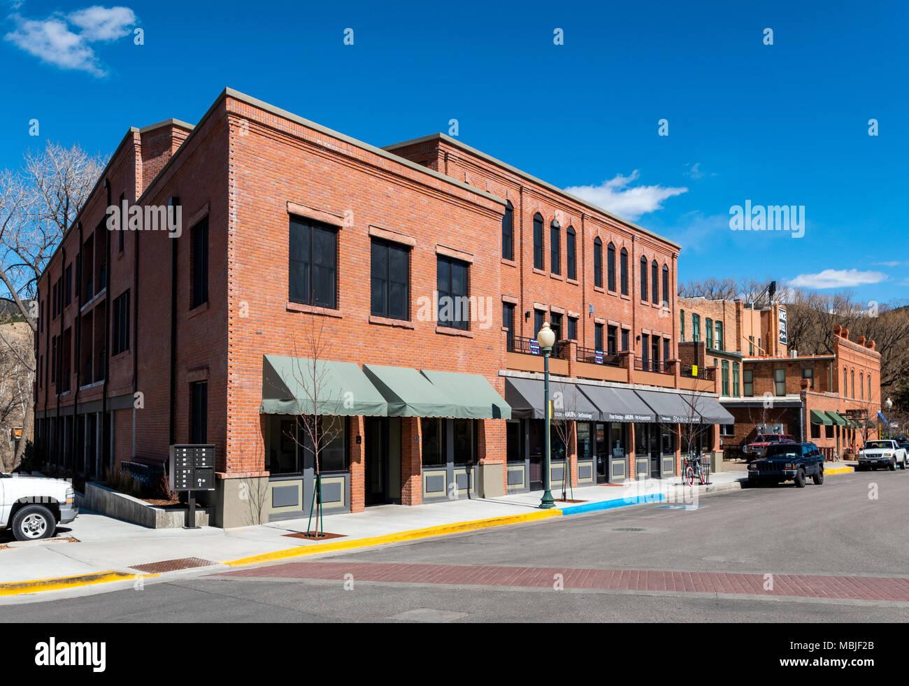 Neue Gebäude in der historischen Architektur; Eigentumswohnungen; Geschäfte; Parkplatz; Salida, Colorado, USA Stockbild