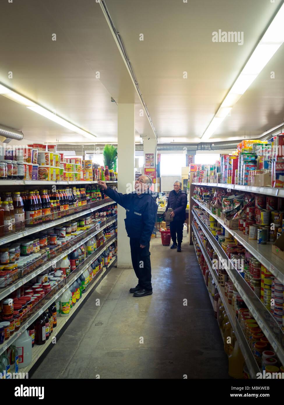 Ein älteres Paar Shop am Markt An-An, einem asiatischen Lebensmittelgeschäft in Chinatown, in der Riversdale Bezirk von Saskatoon, Saskatchewan, Kanada. Stockbild