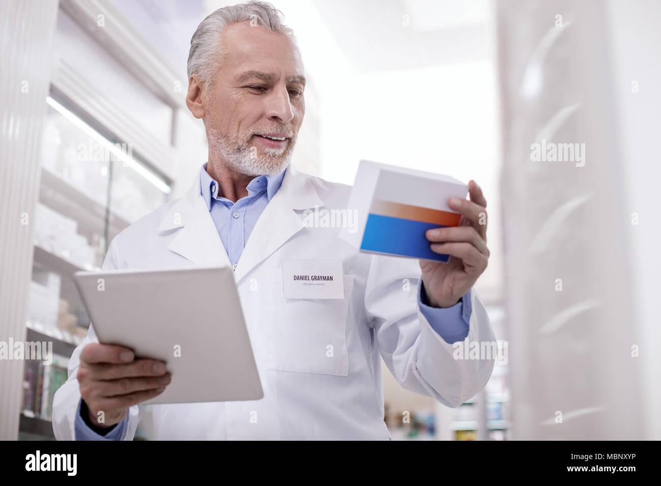Positive männliche Apotheker Droge registrieren Stockfoto