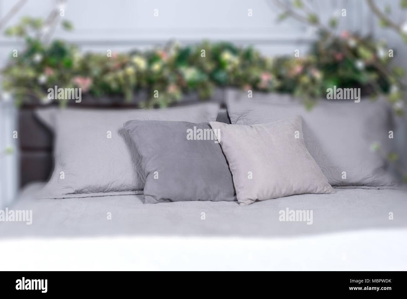 Fokus Auf Grau Kissen Gemütliches Bett Mit Blumen Auf Dem Bett Und