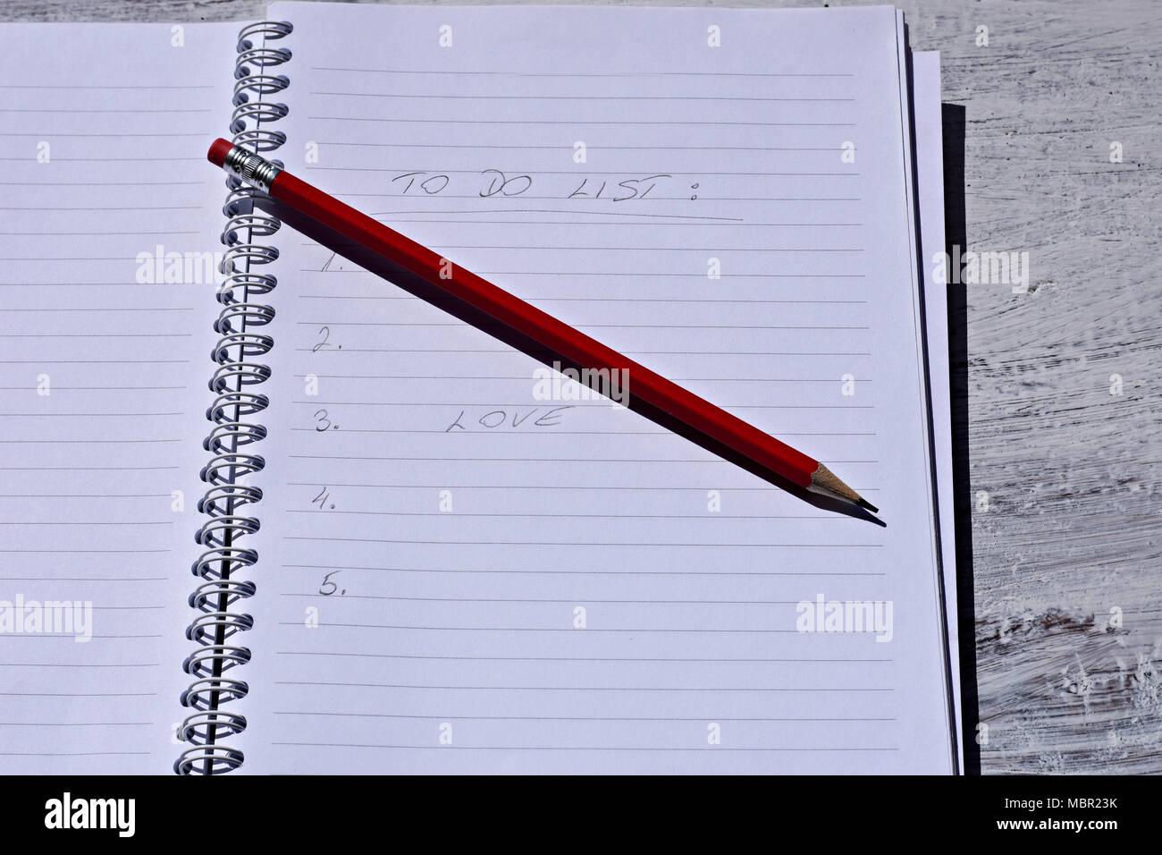 Roter Stift Mit Notebook Auf Holz  Tabelle Speichern Kreative Ideen Auf  Papier. Grundausstattung Vor Dem Computer. Auf Der Rustikalen Tisch  Hintergrund