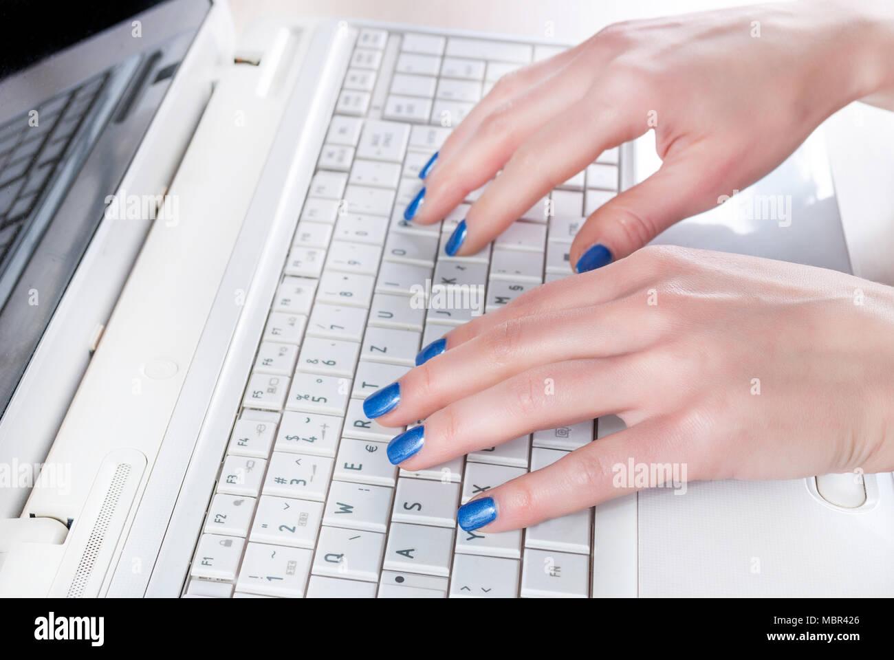 Blue Nails Stockfotos & Blue Nails Bilder - Alamy