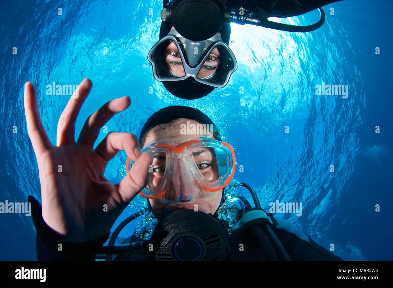 Taucher selfie machen OK-Signal mit der Snell Fenster im Hintergrund in Mar de las Calmas Marine Reserve (El Hierro, Kanarische Inseln, Spanien) Stockbild